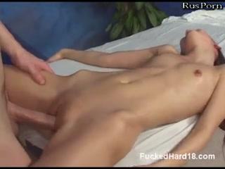 Азиатская девушка трахается со здоровым парнем, который делает ей массаж пиз