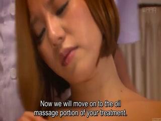Азиатка с большими титьками делает массаж и сосет хуй клиенту
