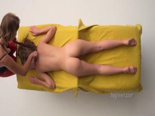 Девушка ласкает киску и трахает девушку пальцами на массажном столе в пизду, получая оргазм