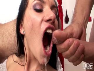 Порно видео с молодой девушкой которая любит давать сразу двум парня