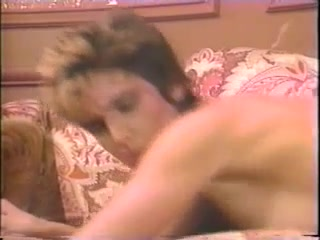 Хозяин трахает молодую девушку на кухне, пока жена спит рядом с ним