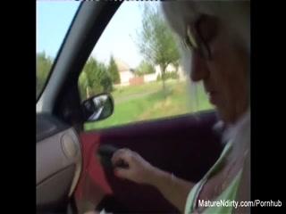 Секс с красивой зрелой женщиной на природе в машине, после того как она отсосала