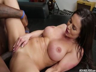Секс с негром на работе !