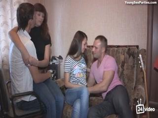 Голые мамаши с большими сиськами ебутся в групповухе втроем на диване