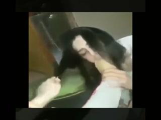 Сексуальная лесбиянка лижет ступни своей подруги и трахает ее пальчиками в пизду
