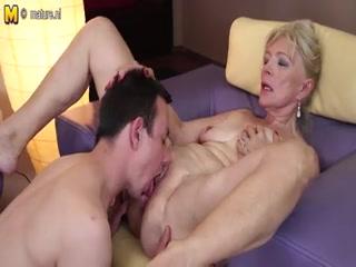 Бабушка соблазнила молодого парня
