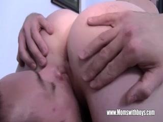 Мать соблазнила молодого парня на секс