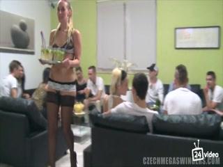 Секс видео со зрелыми женщинами в чулках на кастинге для порно фильма